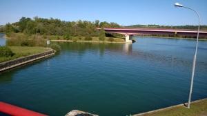 Edessä Rein-Rhonen kanavan alku, sillan takana Elsassin kanava ja taustan harjun takana Rein