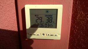 Mittarin kuva Baumes Les Damesin majoituksen terassilta 27.8 illalla n. klo 18; ulkolämpötila 38 astetta