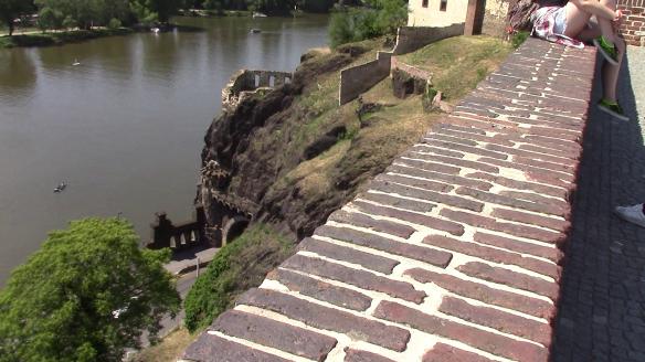Alempana näkyvästä linnoituksen osasta linnan vallitsijatar heitti kylpemisen jälkeen rakastettujaan Vltava-jokeen